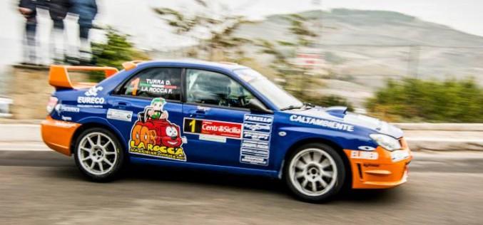 Fabrizio La Rocca e Donato Turra vincono il 1° Rally Day Centro Sicilia aggiudicandosi tre su sei prove speciali. Subito dietro l'equipaggio Mirabile-Catalano su Renault Clio S.1600