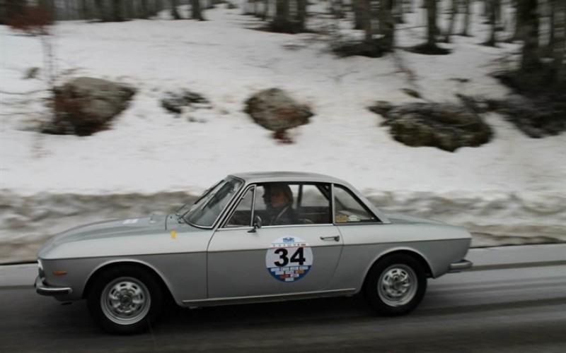 Maurizio Aiolfi navigato da Alessandra Pandozzi, a bordo di una Fiat Osca 1500 Coupé del 1960, sigla il poker nella gara d'esordio del Cireas