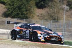 L'Aston Martin della Solaris Motorsport competitiva ma sfortunata a Vallelunga