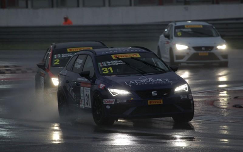 Il fascino della notturna per la gara del sabato nella seconda tappa stagionale del Campionato Italiano Turismo TCS di scena a Misano.